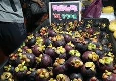 Regina del mercato di notte del mercato della Malesia Sabah Kota Kinabalu Filipino del mangostano della frutta immagine stock libera da diritti