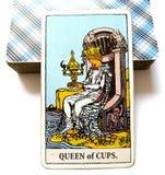 Regina della carta di tarocchi delle tazze immagini stock