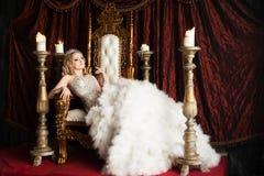 Regina di rilassamento sul trono Gioia, piacere reale fotografia stock libera da diritti