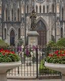 Regina Pacis Queen della statua di pace davanti alla cattedrale di Saint Joseph, Hanoi, Vietnam immagini stock