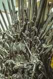 Regina, trono reale fatto delle spade del ferro, sedile del re, symbo Immagini Stock