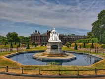 Regina Victoria Statue in Kensington immagini stock
