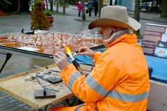 Região de Kaliningrad, Rússia O ventilador Yury Lenshin do artista-vidro da rua trabalha com uma tocha do gás Imagem de Stock Royalty Free