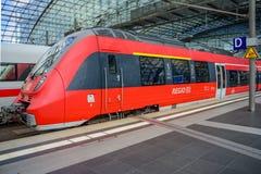 Regio rött drev som skriver in Berlin Hauptbahnhof Arkivbilder