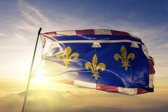 Region för mitt-Valde Loire av tyg för torkduk för Frankrike flaggatextil som vinkar på den bästa soluppgångmistdimman stock illustrationer
