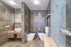 Region Russlands, Moskau - Badezimmerinnenraum im neuen Luxuslandhaus lizenzfreie stockfotografie