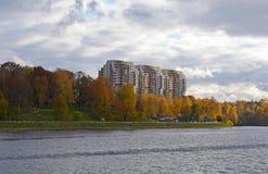 REGION RUSSLANDS, MOSKAU, KHIMKI - OKTOBER 2017: Ansicht des neuen Wohnviertels am linken Ufer des Moskau-Kanals Lizenzfreies Stockfoto