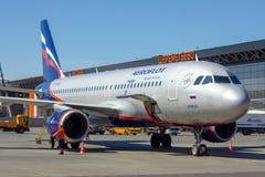 REGION SHEREMETYEVO, MOSKAU, RUSSLAND - 28. APRIL 2019: Aeroflot-Fluglinienflugflugzeug erwartet verschalende Passagiere in Shere stockbild