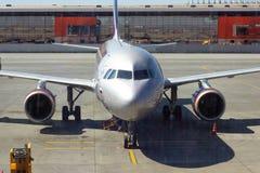 REGION SHEREMETYEVO, MOSKAU, RUSSLAND - 28. APRIL 2019: Aeroflot-Fluglinienflugflugzeug erwartet verschalende Passagiere in Shere lizenzfreies stockfoto