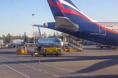 REGION SHEREMETYEVO, MOSKAU, RUSSLAND - 28. APRIL 2019: Aeroflot-Fluglinienflugflugzeug erwartet verschalende Passagiere in Shere stockbilder