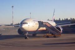 REGION SHEREMETYEVO, MOSKAU, RUSSLAND - 28. APRIL 2019: Aeroflot-Fluglinienflugflugzeug erwartet verschalende Passagiere in Shere stockfoto