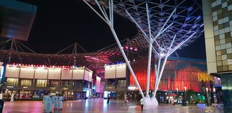 Region turystyczny w Dubaj Ludzie spaceru między restauracjami obraz stock