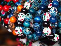 Regionala färgrika pärlor för kvinnor Royaltyfri Foto