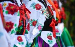 Regionala, folkloredräkter, färgrika handgjorda skjortor och halsband fotografering för bildbyråer