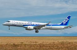 Regionaler Jet MRJ90 Mitsubishis in Livree All Nippon Airwayss ANA Lizenzfreies Stockbild