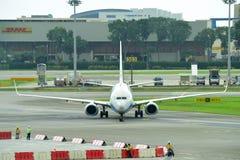 Regionaler Jet Xiamen Airliness Boeing 737-800, der an Changi-Flughafen mit einem Taxi fährt Stockfotografie
