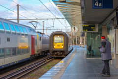 Regionaler Zug in der Station Brügge mit Uhr Lizenzfreie Stockfotografie