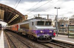 Regionalt drev hauled av en elektrisk lokomotiv på den Avignon stationen Royaltyfri Bild
