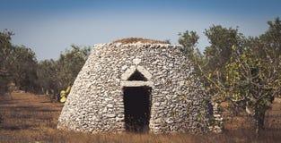 Regione della Puglia, Italia Magazzino tradizionale fatto della pietra fotografia stock