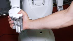 Regione di Ä?eljabinsk, Ä?eljabinsk/Russia - 07 10 2019: Comunicazione robot con la gente archivi video
