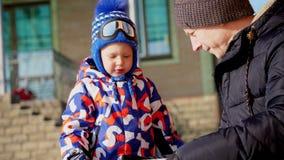 REGIONE DI CERKASY, UCRAINA, IL 25 DICEMBRE 2018: inverno, giorno gelido, nevoso, soleggiato Il papà con il piccolo figlio sta es video d archivio