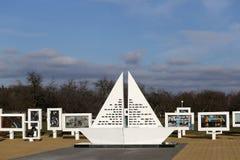 Regione di Homiel', distretto di Zhlobin, VILLAGGIO ROSSO della SPIAGGIA, Bielorussia - 16 marzo 2016: Complesso commemorativo in Immagini Stock Libere da Diritti