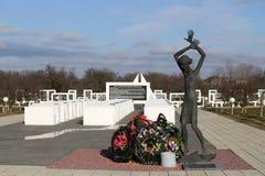 Regione di Homiel', distretto di Zhlobin, VILLAGGIO ROSSO della SPIAGGIA, Bielorussia - 16 marzo 2016: Complesso commemorativo in Immagini Stock