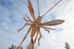 Regione di Irkutsk, Russia - gennaio, 03 del 2015: Cavalletta Parco delle sculture di legno nel villaggio di Savvateevka Fotografia Stock
