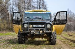 Regione di Mosca, Russia 04 21 2017 Il veicolo utilitario SUV di sport sta guidando nella foresta vicino alla città di Bronnitsy, Fotografie Stock Libere da Diritti