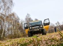 Regione di Mosca, Russia 04 21 2017 Il veicolo utilitario SUV di sport sta guidando nella foresta vicino alla città di Bronnitsy, Fotografia Stock Libera da Diritti