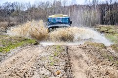 Regione di Mosca, Russia 04 21 2017 Il veicolo utilitario SUV di sport sta guidando nella foresta vicino alla città di Bronnitsy, Immagine Stock Libera da Diritti