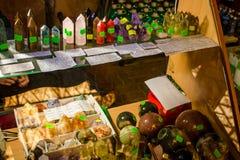 Regione di Mosca, Russia - luglio 2015: Vendita dei cristalli fatti pagare fotografie stock