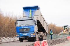 Regione di perm, Russia - 16 aprile 2017: Tecniche della strada della costruzione sulla r Immagine Stock