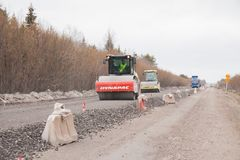 Regione di perm, Russia - 16 aprile 2017: Tecniche della strada della costruzione sulla r Fotografie Stock