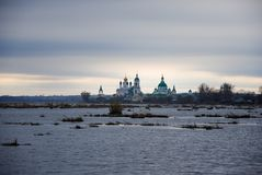 Regione di Rostov, un lago, un monastero vicino al lago Fotografie Stock
