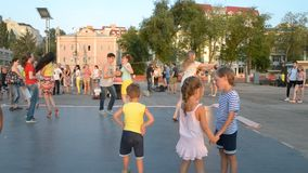 Regione di Samara Samara, Russia - 31 luglio 2016: dancing della salsa della gente nelle sere sul lungomare archivi video