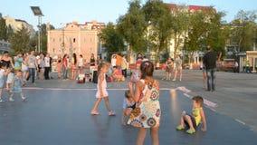 Regione di Samara Samara, Russia - 31 luglio 2016: dancing della salsa della gente nelle sere sul lungomare stock footage