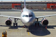 REGIONE DI SHEREMETYEVO, MOSCA, RUSSIA - 28 APRILE 2019: L'aeroplano di volo di linee aeree di Aeroflot attende i passeggeri d'im fotografia stock libera da diritti
