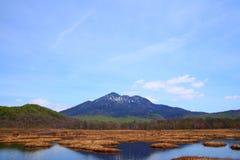 Regione paludosa di Oze e di Mt.Hiuchigatake fotografia stock