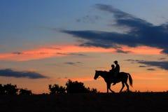 Regione selvaggia andante dei ascross di Horsemans alla notte immagini stock libere da diritti