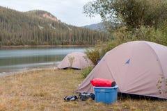 Regione selvaggia che si accampa sul puntello del fiume di Yukon, Canada Fotografia Stock