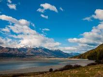 Regione selvaggia con gli alberi ed il fiume delle montagne Fotografia Stock