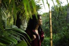 regione selvaggia d'esplorazione della viandante femminile fotografia stock libera da diritti