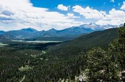 Regione selvaggia di Colorado, U.S.A. Rocky Mountain National Park Valle verde dell'alta montagna di estate Fotografia Stock