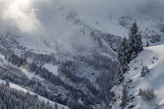 Regione selvaggia di Snowy in una valle con le nuvole Fotografie Stock Libere da Diritti