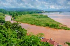 Regionen av den guld- triangeln, sikten från Thailand till Burman Den guld- triangeln Ställe på Mekonget River, som gränsar Royaltyfri Bild