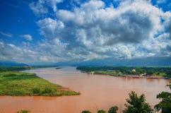 Regionen av den guld- triangeln, sikten från Thailand till Burman Den guld- triangeln Ställe på Mekonget River, som gränsar Arkivfoton
