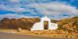 Regionu znak wśród skalistych wzgórzy w Fuerteventura Zdjęcia Stock