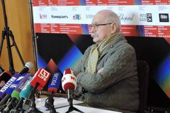 Regisseur Nikita Mikhalkov bij persconferentie stock foto's