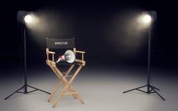 Regisseur` s stoel met megafoon en schijnwerpers 3D renderin Royalty-vrije Stock Foto
